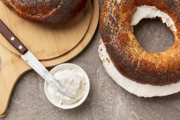 frischkaese-auf-bagel